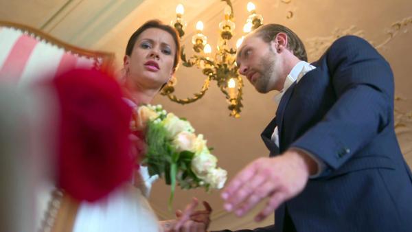 Rote Rose bringt Braut aus der Fassung