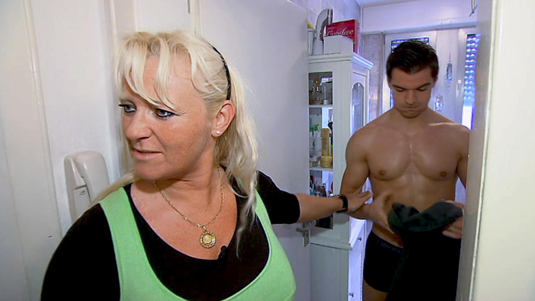 Junger Liebhaber der Mutter bringt Familie durcheinander