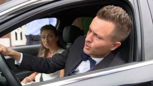 Ein Bräutigam fragt sich, was die Polizei von seiner Verlobten will