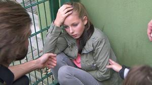Vater setzt Tochter unter Drogen | Das Bettelkind | Überfall durch Mädchengang | Frau vor Auto gesch
