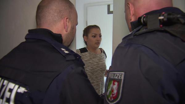 Mysteriöser Unbekannter flüchtet vor der Polizei   Schwangere Frau von Rolltreppe gestoßen