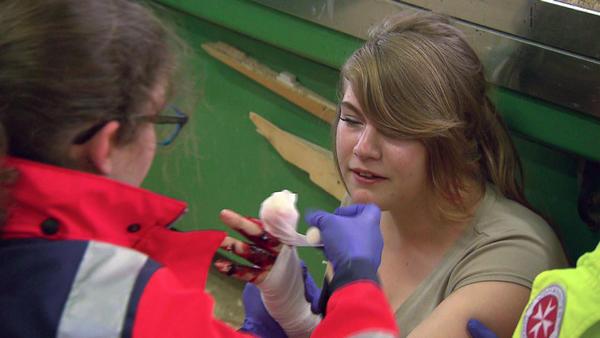 Praktikantin verliert Finger   Amokfahrt auf Schulhof