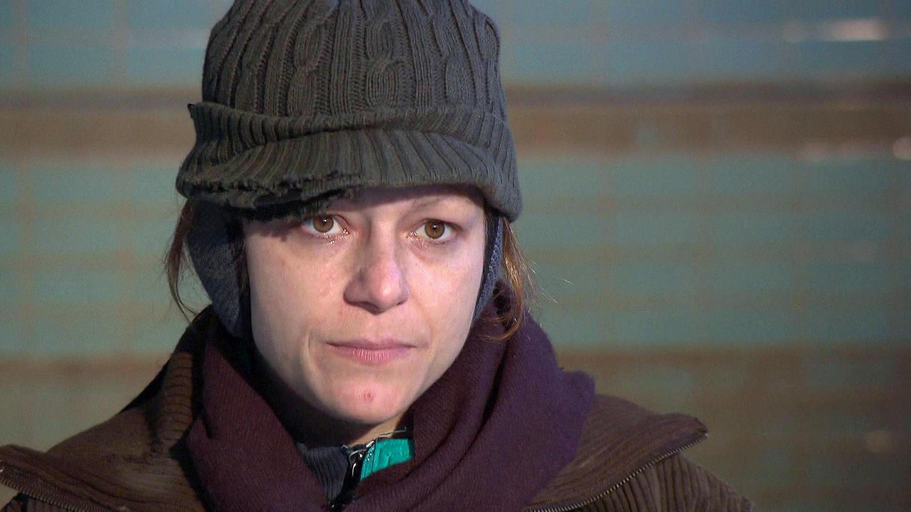 Obdachlose Mutter leidet darunter, dass ihr Kind weggenommen wurde