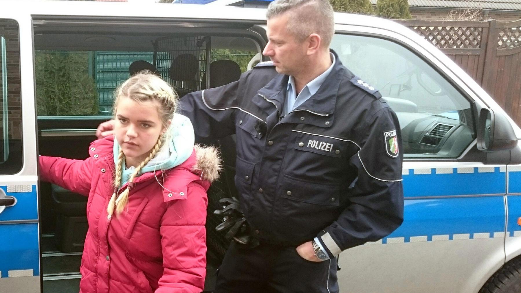15-Jähriger droht Schule in die Luft zu sprengen | 28-Jährige randaliert wegen verpfuschter Brust-OP vor Arztpraxis | 18-Jährige wird betäubt aufgefunden | 14-Jährige will nach Spanien auswandern | Folge 1