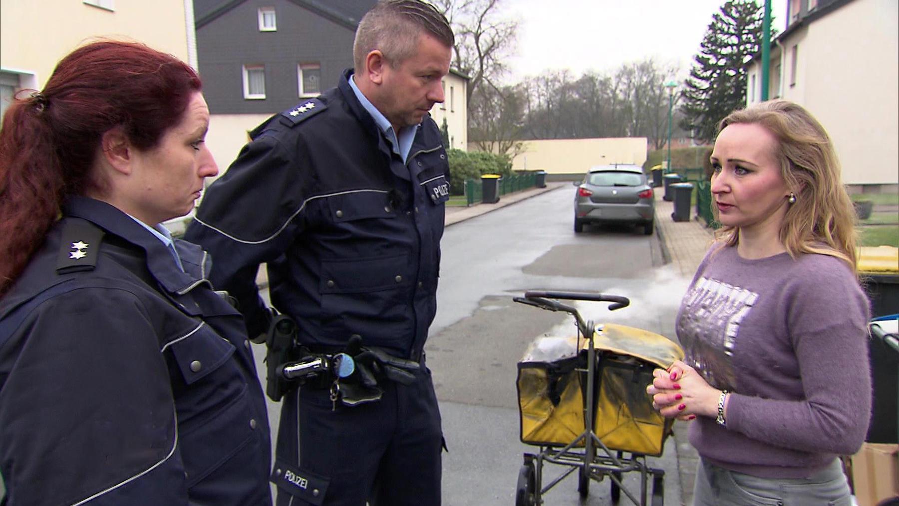 Polizei findet vermisste 15-Jährige   Brennender Postwagen stellt Polizei vor ein Rätsel