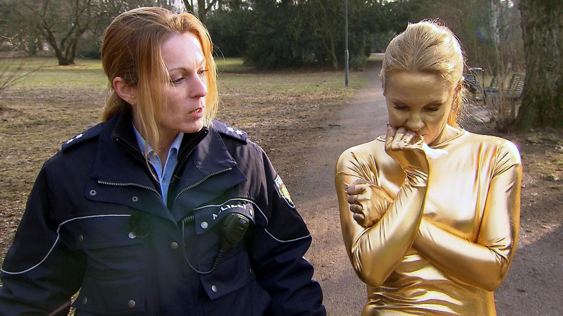 Goldene Frau verursacht Verkehrsunfall   18-jähriger Gamer dreht durch