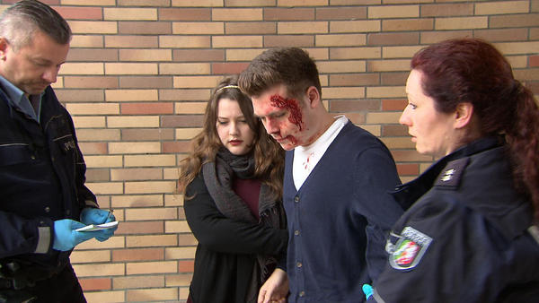 15-Jähriger wird auf Schultoilette zusammengeschlagen | Nudistenpaar wird geteert und gefedert | 17-