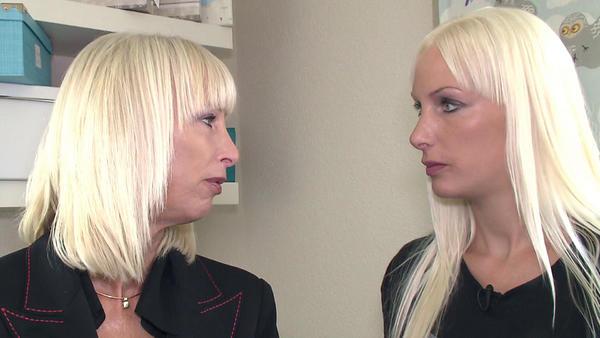 Blondes Duo mit ungewöhnlichen Sorgen