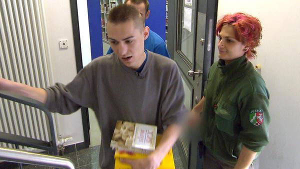 Marcel steht für die Gefängnis-Mannschaft im Tor