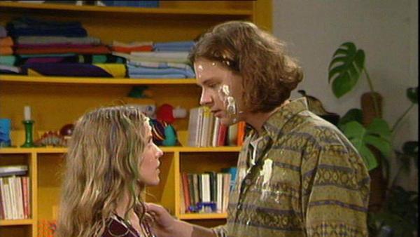Karin ist erleichtert, dass Tommy für ihre Lage Verständnis hat