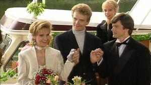 Auf Michaels und Iris' Hochzeitsfeier finden sich alle Freunde ein