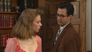 Obwohl Tina es nicht gelingt, Matthias zu verführen, weiß sie, dass er ihrem Charme gegenüber nicht