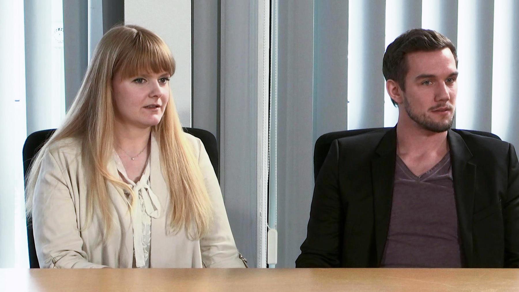 Freizügiges Paar weigert sich, Vorhänge anzubringen