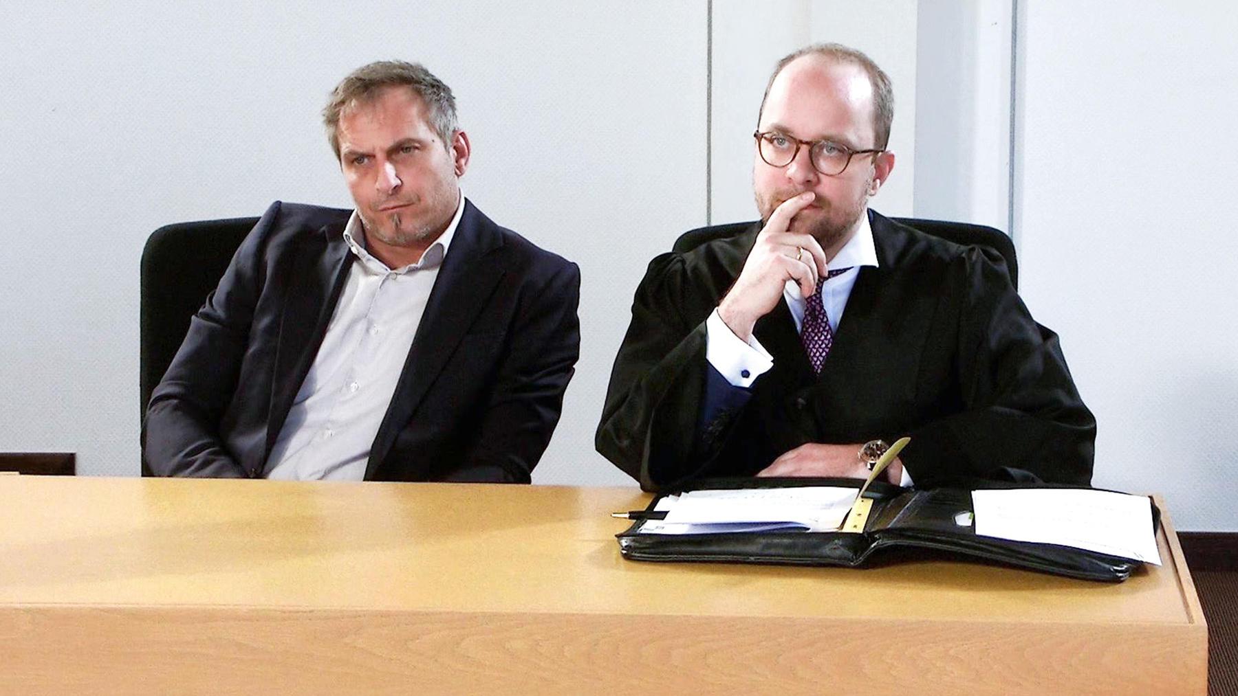 Chef wegen unsittlicher Berührungen am Arbeitsplatz angeklagt (22) / Zierliche Frau wegen vorsätzlic