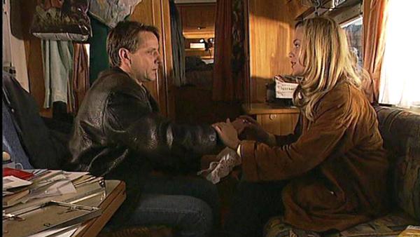 Corinna bemerkt, dass Bröcking einen Ehering trägt.