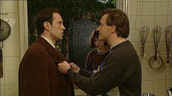 Walter zeigt Wolfgang seinen vermeintlichen Gewinn und überredet ihn, das Geld zu reinvestieren.