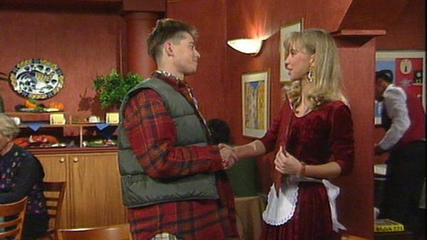 Matthias muss einsehen, dass Tina professionelle Hilfe benötigt. Ein Fremder flirtet mit Milla.