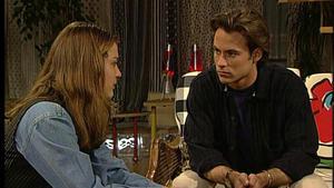 Jennifer und Sven sind von Johannsens Tod erschüttert.