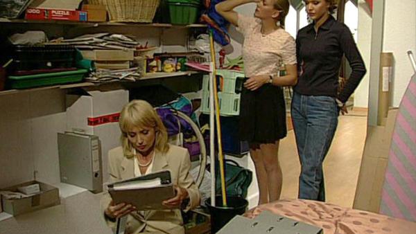 Regina hegt einen schlimmen Verdacht gegen Angela.