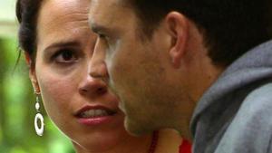 Annette versteckt Oliver wird in Marians Wohnung.