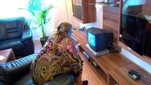 Fernsehsüchtige 58-Jährige nistet sich bei Tochter ein