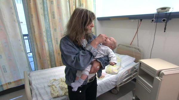 46-jährige Mutter kümmert sich um ausgesetztes Baby