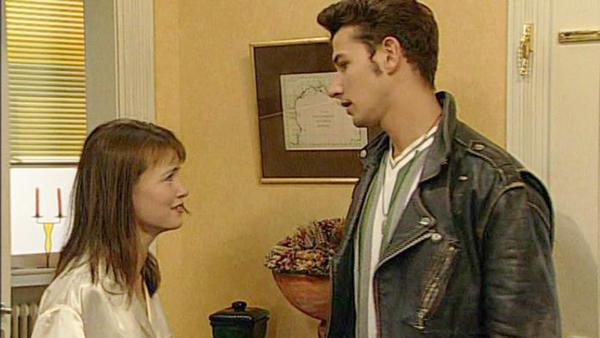 Trotz Lauras Bitte zu bleiben, fährt Eddie nach Berlin