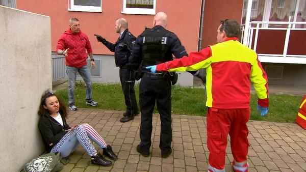Vater von Schlägerbraut verprügelt Sanitäter   Klauoma raubt Supermarkt aus