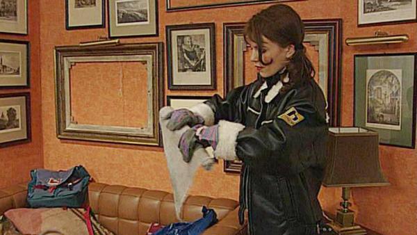 Laura stiehlt die Gemälde der Familie Albrecht