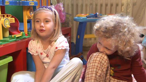Kleine Kinder irren im Schlafanzug durch die Nacht