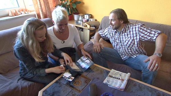 Junger Vater leidet unter Sammelbildchenleidenschaft seiner Familie