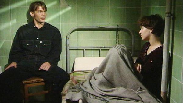 Der Entführer Uwe fragt Tina über ihr Leben aus.