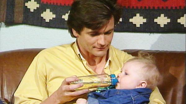 Dominik wird von Elke gerettet.