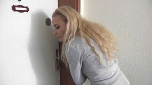 Hochhaus-Mutti sorgt sich um Nachbarkinder