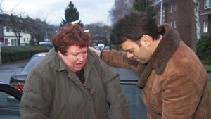 Krawallige Mutter terrorisiert Sohn und dessen Freundin
