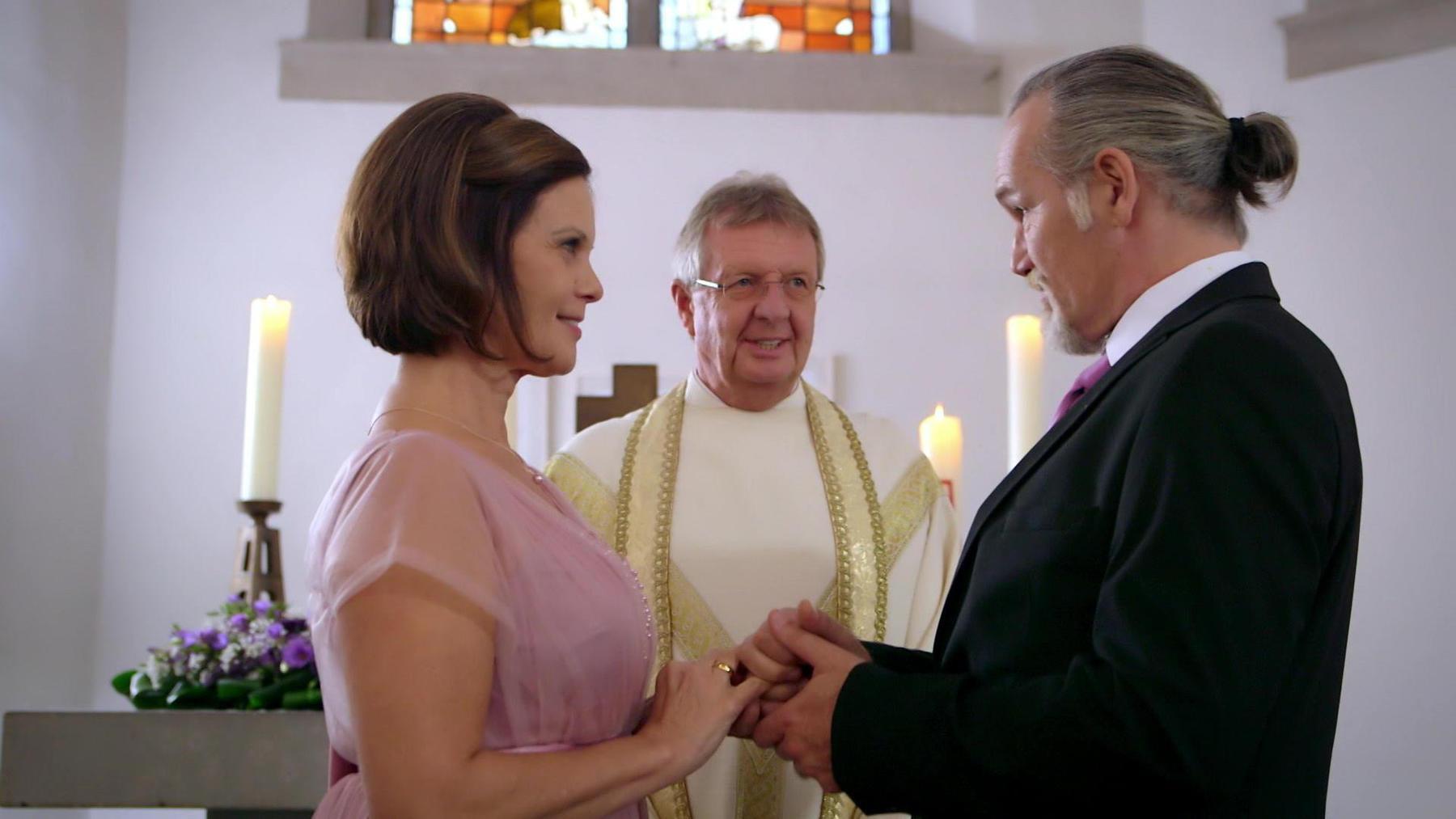 Irene und Robert geben sich glücklich das Ja-Wort.
