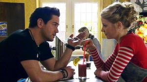 Ingo muss mit ansehen, wie Annette Christian küsst.