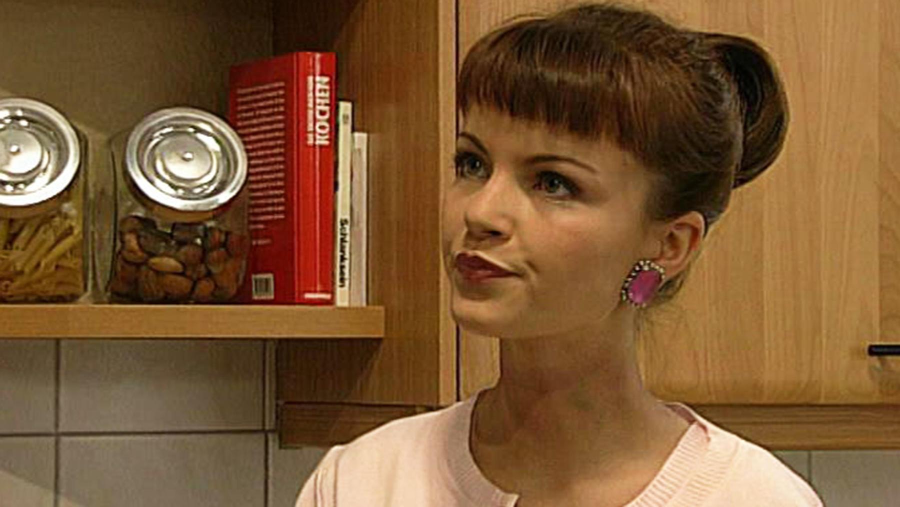 Lara lässt Regina glauben, dass Joachim fliehen will.