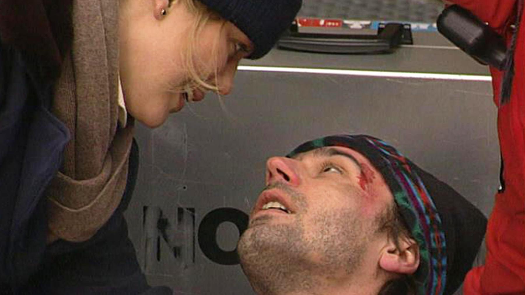 Marc und Gary wachen gemeinsam in Marcs Bett
