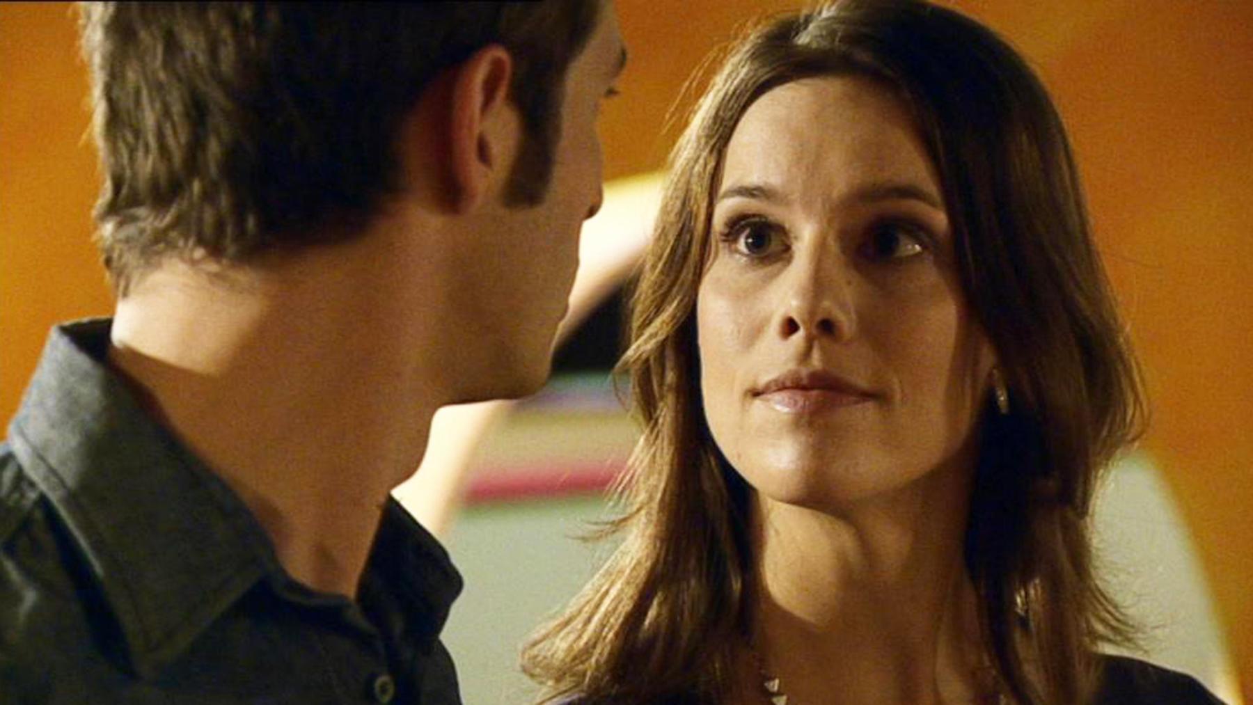 Simone erfährt, dass Lena und Mike ein Paar sind.