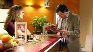 Nina geht nicht auf Axels Kontaktversuche ein.