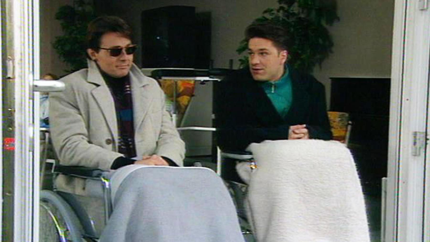 Tom findet Beatrice im Büro neben einer Tablettenröhre.