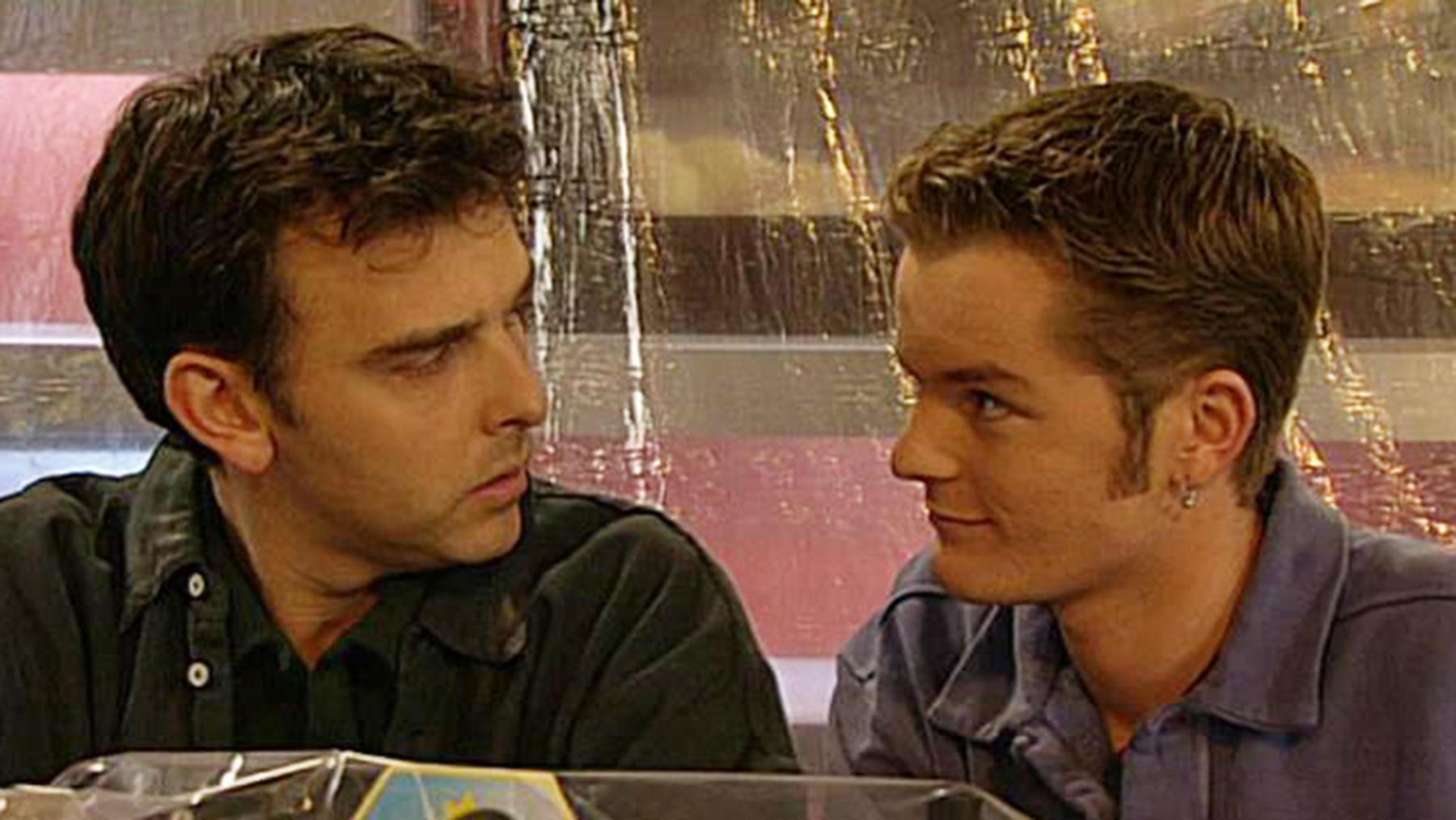 Lona sieht zufällig Gregor und Andreas zusammen.