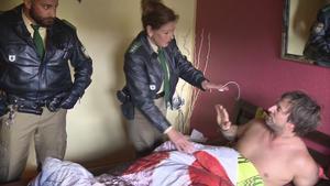 Frau wacht nackt neben fremden Mann auf | Obdachloser klaut Wurst
