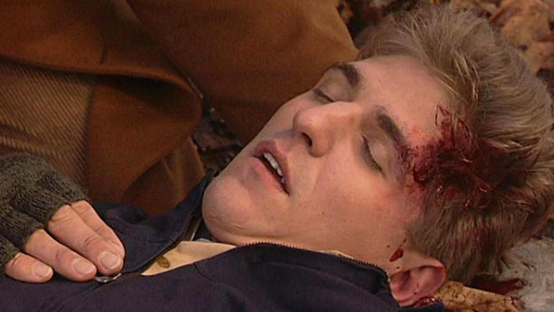Joachim wird wegen versuchten Totschlags verhaftet.