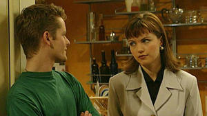 Marc ist außer sich vor Wut und wirft Laura hinaus.