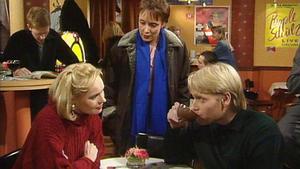 Elke muss sich zwischen zwei Männern entscheiden.