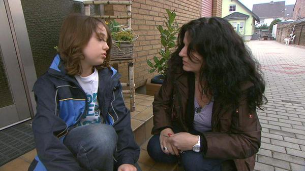 Anhänglicher Sohn nervt seine Mutter