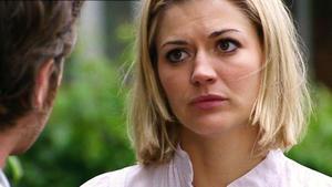 Simone erfährt von Julis Anzeige bei der Finanzbehörde.