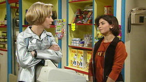Jenny und Jessi ärgern sich über einen Nachbarsjungen.